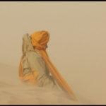 Marie-Anne assise dans le vent du désert tunisien