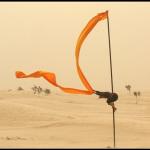 Mât chinois, chèche et vent dans le désert tunisien